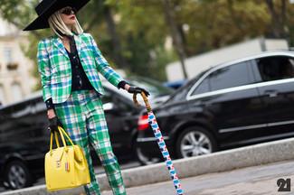 Cómo combinar un bolso de hombre de cuero amarillo: Intenta ponerse un blazer de tartán verde y un bolso de hombre de cuero amarillo transmitirán una vibra libre y relajada.