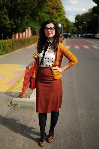 2aad50a81 Look de moda: Cárdigan mostaza, Blusa de botones a lunares en blanco ...