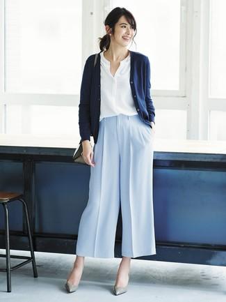 Cómo combinar: cárdigan azul marino, blusa de botones blanca, pantalones anchos celestes, zapatos de tacón de cuero grises