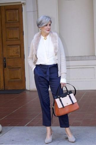 Moda para mujeres de 60 años: Utiliza un cárdigan gris y un pantalón de pinzas de rayas verticales azul marino para conseguir una apariencia glamurosa y elegante. Zapatos de tacón de ante grises son una opción muy buena para completar este atuendo.