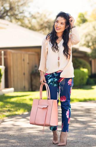 Cómo combinar: cárdigan rosado, blusa sin mangas blanca, pantalones pitillo con print de flores azul marino, zapatos de tacón de cuero rosados