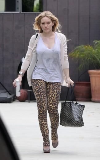 Cómo combinar: cárdigan en beige, blusa sin mangas gris, vaqueros pitillo de leopardo marrón claro, zapatos de tacón de cuero marrónes
