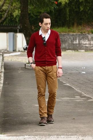 Cómo combinar: cárdigan burdeos, camisa de manga corta blanca, pantalón chino en tabaco, botas brogue de cuero en marrón oscuro