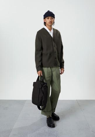 Cómo combinar una bolsa tote de lona negra: Considera emparejar un cárdigan verde oscuro junto a una bolsa tote de lona negra transmitirán una vibra libre y relajada. ¿Te sientes valiente? Usa un par de zapatos derby de cuero gruesos negros.