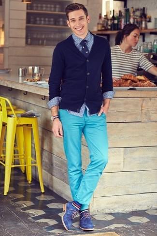 Cómo combinar: cárdigan azul marino, camisa de manga larga de cambray a lunares azul, pantalón chino en turquesa, zapatos derby de ante azules