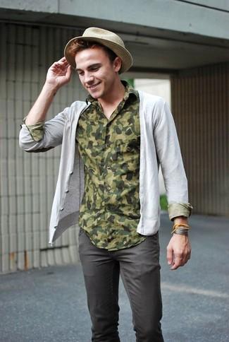 Cómo combinar: cárdigan gris, camisa de manga larga de camuflaje verde oliva, pantalón chino en gris oscuro, sombrero de paja en beige