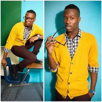 Cómo combinar: cárdigan amarillo, camisa de manga larga de tartán en blanco y negro, pantalón chino burdeos, botas casual de cuero negras