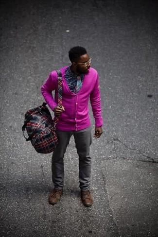 Cómo combinar: cárdigan rosa, camisa de manga larga estampada azul marino, pantalón chino en gris oscuro, botas casual de cuero en marrón oscuro