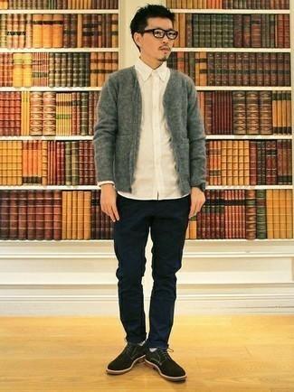 Cómo combinar un cárdigan: Considera ponerse un cárdigan y un pantalón chino azul marino para una apariencia fácil de vestir para todos los días. Zapatos derby de ante negros añaden la elegancia necesaria ya que, de otra forma, es un look simple.