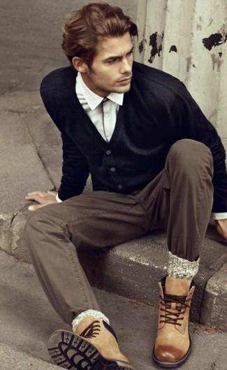 Cómo combinar unos calcetines de lana grises en primavera 2020: Haz de un cárdigan negro y unos calcetines de lana grises tu atuendo para un look agradable de fin de semana. Botas casual de cuero marrón claro proporcionarán una estética clásica al conjunto. Este look primaveral es una idea bellísima.