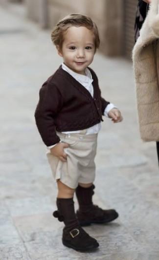 Cómo combinar: cárdigan en marrón oscuro, camisa de manga larga blanca, pantalones cortos en beige, mocasín en marrón oscuro