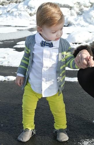 Cómo combinar: cárdigan gris, camisa de manga larga blanca, pantalones amarillos, botas grises