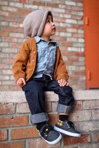 Cómo combinar: cárdigan naranja, camisa de manga larga vaquera celeste, vaqueros azul marino, zapatillas en gris oscuro