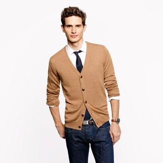 Elige un cárdigan marrón claro y unos vaqueros azul marino para un look diario sin parecer demasiado arreglada.