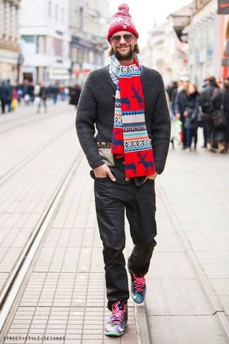 Intenta combinar un cárdigan de punto en gris oscuro con unos vaqueros negros de hombres de Givenchy para conseguir una apariencia relajada pero elegante. Haz este look más informal con zapatillas altas en multicolor.