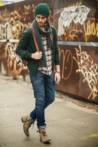 Cómo combinar: cárdigan verde oscuro, camisa de manga larga de tartán marrón, vaqueros azul marino, botas casual de ante marrón claro