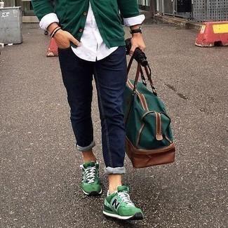 Cómo combinar unos vaqueros azul marino: Haz de un cárdigan verde oscuro y unos vaqueros azul marino tu atuendo para conseguir una apariencia relajada pero elegante. ¿Quieres elegir un zapato informal? Elige un par de deportivas verdes para el día.