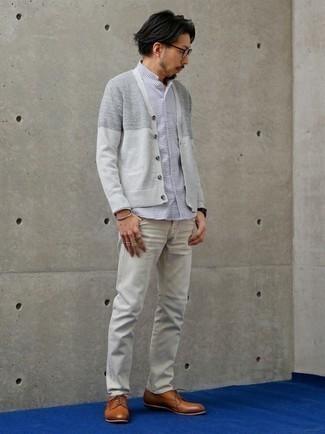 Cómo combinar un cárdigan gris: Intenta ponerse un cárdigan gris y unos vaqueros grises para una apariencia fácil de vestir para todos los días. ¿Te sientes valiente? Opta por un par de zapatos derby de cuero en tabaco.