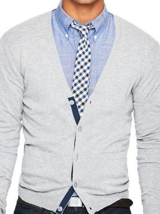 Cómo combinar una corbata de cuadro vichy en blanco y negro: Emparejar un cárdigan gris con una corbata de cuadro vichy en blanco y negro es una opción muy buena para una apariencia clásica y refinada.