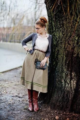 Look de moda: Cárdigan gris, Camisa de vestir blanca, Falda campana verde oliva, Botas de caña alta de cuero burdeos