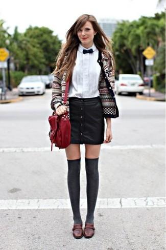Cómo combinar: cárdigan de grecas alpinos gris, camisa de vestir blanca, falda con botones de cuero negra, mocasín de cuero en marrón oscuro