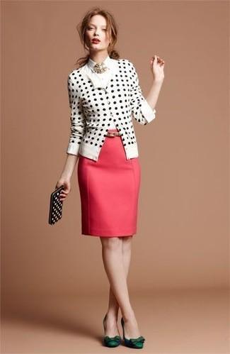 Look de moda: Cárdigan a lunares en blanco y negro, Camisa de vestir blanca, Falda lápiz roja, Zapatos de tacón de cuero verde oscuro