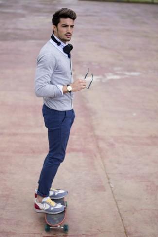 Cómo combinar: cárdigan gris, camisa de vestir blanca, pantalón chino azul, deportivas en multicolor