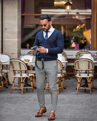Cómo combinar: cárdigan azul marino, camisa de vestir blanca, pantalón chino de cuadro vichy en blanco y negro, zapatos con doble hebilla de cuero marrónes