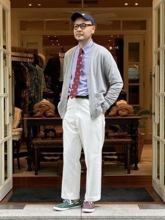 Cómo combinar un cárdigan gris: Intenta ponerse un cárdigan gris y un pantalón chino blanco para conseguir una apariencia relajada pero elegante. Náuticos de lona en multicolor son una opción práctica para complementar tu atuendo.