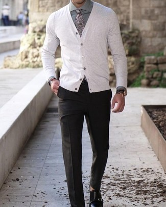 Cómo combinar un cárdigan: Casa un cárdigan con un pantalón de vestir en gris oscuro para una apariencia clásica y elegante. Zapatos con doble hebilla de cuero negros son una opción inigualable para complementar tu atuendo.