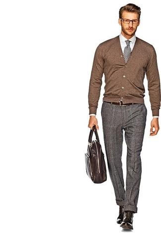 Cómo combinar una corbata de cuadro vichy en blanco y negro: Accede a un refinado y elegante estilo con un cárdigan marrón y una corbata de cuadro vichy en blanco y negro. Si no quieres vestir totalmente formal, elige un par de botas casual de cuero marrónes.