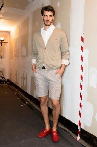 Cómo combinar: cárdigan en beige, camisa de vestir blanca, pantalones cortos en beige, mocasín de cuero rojo