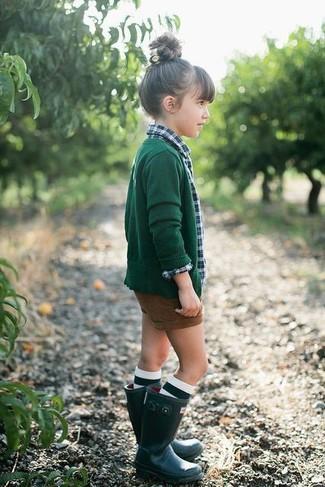 Cómo combinar: cárdigan verde oscuro, camisa de vestir de tartán verde, pantalones cortos marrónes, botas de lluvia verde oscuro