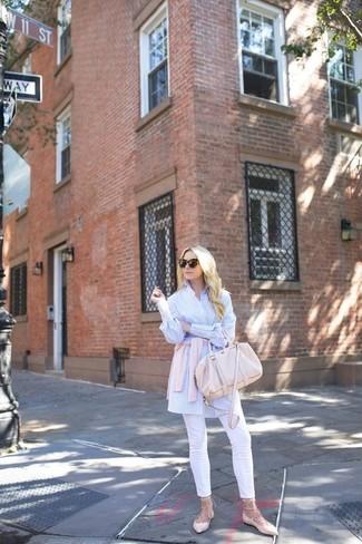 Cómo combinar: cárdigan rosado, camisa de vestir de rayas verticales en blanco y azul, pantalones pitillo blancos, bailarinas de cuero rosadas