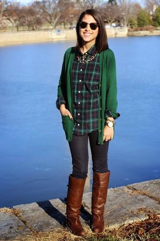 Cómo combinar: cárdigan verde oscuro, camisa de vestir de tartán verde oscuro, vaqueros pitillo azul marino, botas de caña alta de cuero marrónes