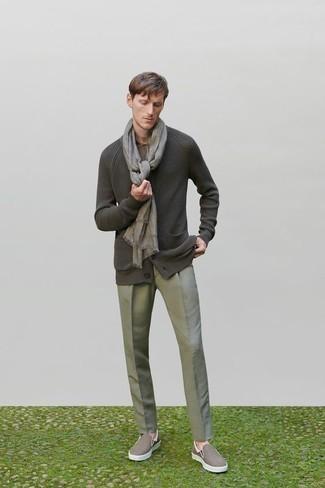 Cómo combinar un cárdigan: Ponte un cárdigan y un pantalón de vestir gris para una apariencia clásica y elegante. Zapatillas slip-on de lona marrónes resaltaran una combinación tan clásico.