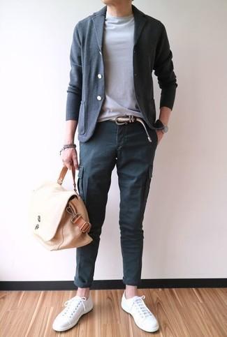 Cómo combinar: cárdigan en gris oscuro, camiseta con cuello circular gris, pantalón cargo en gris oscuro, tenis de lona blancos