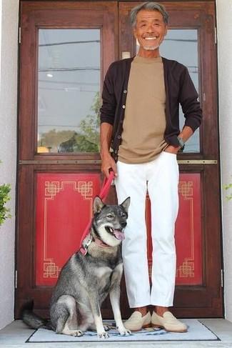 Cómo combinar: cárdigan en marrón oscuro, camiseta con cuello circular marrón claro, pantalón chino blanco, mocasín de ante en beige