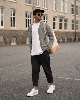Cómo combinar un pantalón chino negro: Elige un cárdigan gris y un pantalón chino negro para una vestimenta cómoda que queda muy bien junta. Deportivas blancas resaltaran una combinación tan clásico.