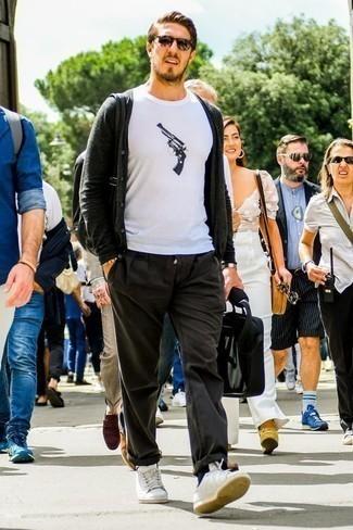 Cómo combinar una pulsera con cuentas amarilla: Emparejar un cárdigan en gris oscuro junto a una pulsera con cuentas amarilla es una opción excelente para el fin de semana. Con el calzado, sé más clásico y haz tenis de cuero blancos tu calzado.