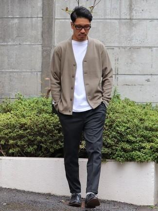 Cómo combinar un pantalón chino en gris oscuro: Considera emparejar un cárdigan marrón claro junto a un pantalón chino en gris oscuro para un look diario sin parecer demasiado arreglada. Zapatos oxford de cuero negros son una forma sencilla de mejorar tu look.