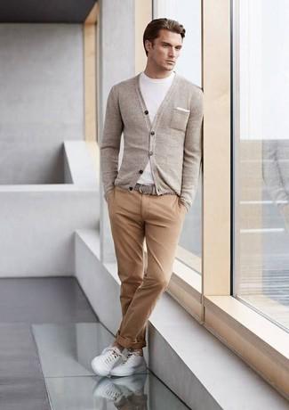 Elige un cárdigan gris y unos pantalones para conseguir una apariencia relajada pero elegante. ¿Te sientes valiente? Completa tu atuendo con tenis blancos.