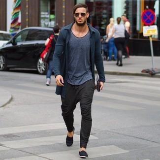 Look de moda Cárdigan en Gris Oscuro, Camiseta con Cuello Circular en Gris Oscuro