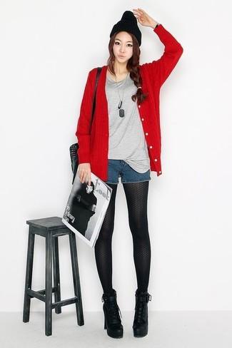 Cómo combinar: cárdigan rojo, camiseta con cuello circular gris, pantalones cortos vaqueros azul marino, botines con cordones de cuero gruesos negros