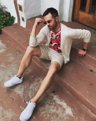Cómo combinar: cárdigan en beige, camiseta con cuello circular estampada roja, pantalones cortos en beige, tenis de lona blancos