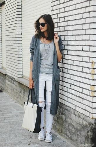 Cómo combinar: cárdigan de punto gris, camiseta con cuello circular gris, vaqueros pitillo desgastados blancos, tenis de lona blancos