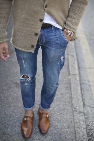 Cómo combinar: cárdigan de punto en beige, camiseta con cuello circular blanca, vaqueros pitillo desgastados azules, zapatos con hebilla de cuero marrónes
