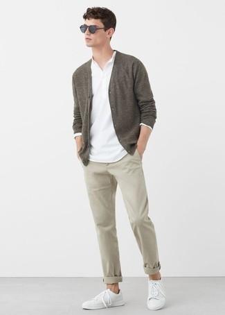 Cómo combinar un pantalón chino: Para crear una apariencia para un almuerzo con amigos en el fin de semana intenta ponerse un cárdigan marrón y un pantalón chino. ¿Quieres elegir un zapato informal? Complementa tu atuendo con tenis de cuero blancos para el día.