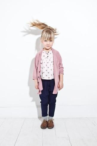 Cómo combinar: cárdigan rosado, camiseta estampada blanca, pantalones azul marino, zapatos oxford de cuero marrónes