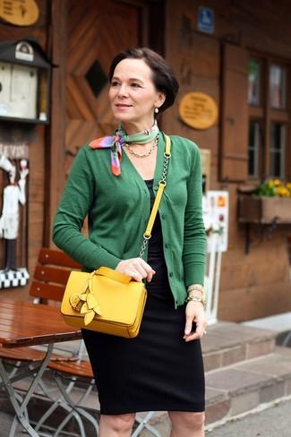 Look de moda: Cárdigan verde, Camiseta sin manga negra, Falda lápiz negra, Bolso bandolera de cuero amarillo